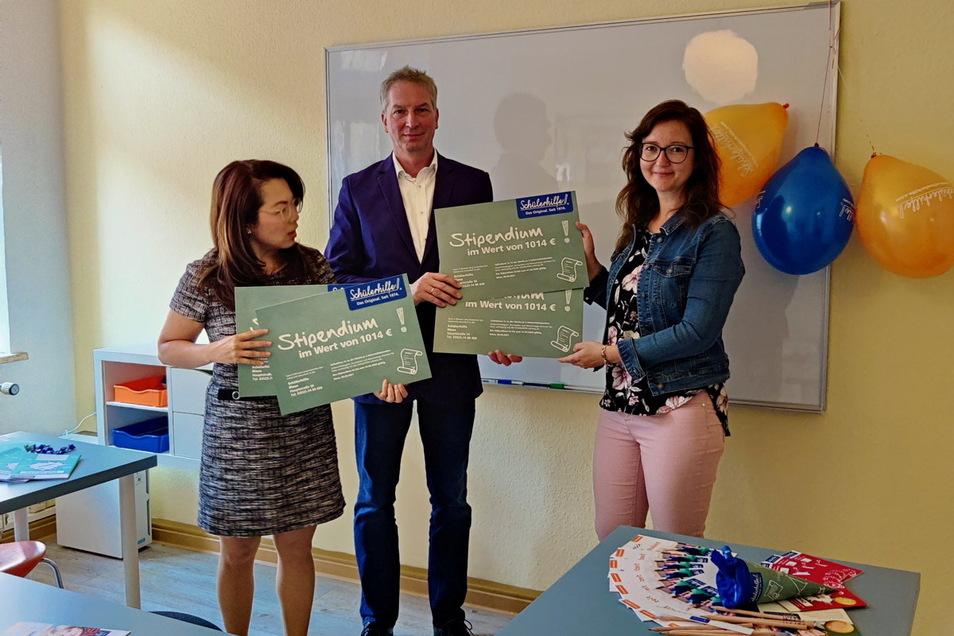 Regionalleiterin Uyen Nguyen und Jörg Träger von der Schülerhilfe übergeben zum Start der neuen Einrichtung vier Stipendien-Gutscheine im Wert von gut 4.000 Euro an Ilka Droste von der Stadtverwaltung Riesa.
