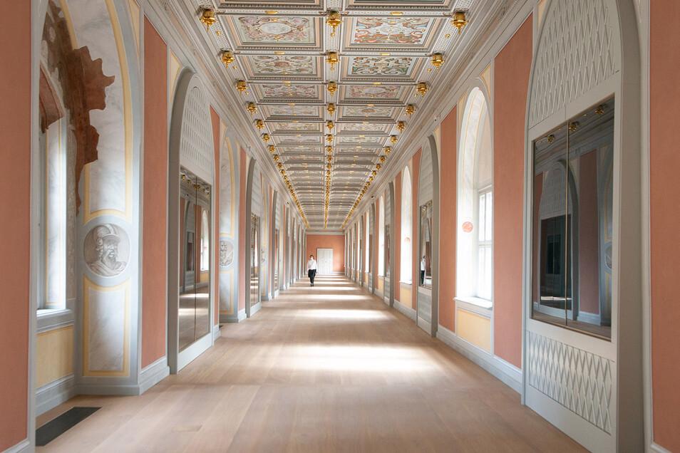 Der Lange Gang zwischen dem Residenzschloss und dem Johanneum ist prachtvoll restauriert. In den Vitrinen wird ab nächstem Frühjahr eine der ältesten Feuerwaffensammlungen gezeigt.