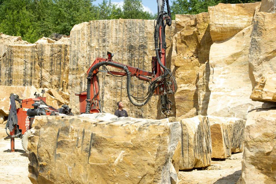 Im Steinbruch an der Lohmener Mühlleite werden die Blöcke für die Augustusbrücke herausgebrochen.