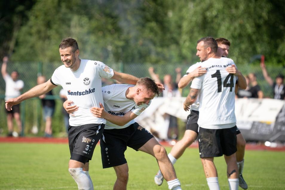 Pavel Patka (vorn, jubelnd) freut sich mit seinen Budissa-Mitspielern über den Bautzener Aufstieg.