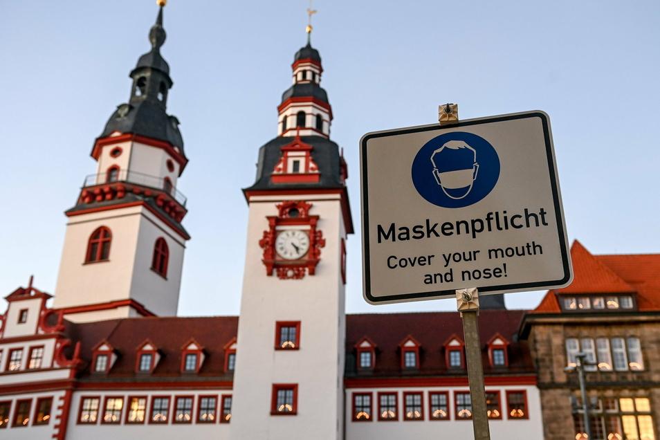 """Ein Schild vor dem Alten Rathaus in Chemnitz weist auf die """"Maskenpflicht"""" in der Innenstadt hin."""