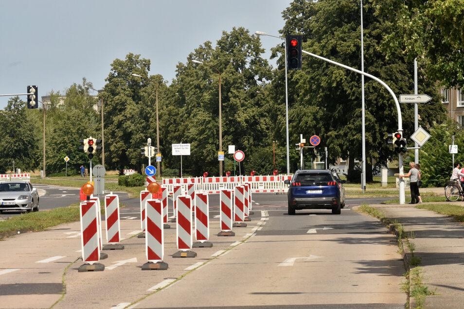 Seit Montag ist in Hoyerswerda die Stauffenbergstraße zwischen der Klinikumkreuzung (hier im Bild) und der Herrmannstraße in beide Fahrtrichtungen gesperrt. Es wird ein Anschluss an die innere Stauffenbergstraße gebaut.