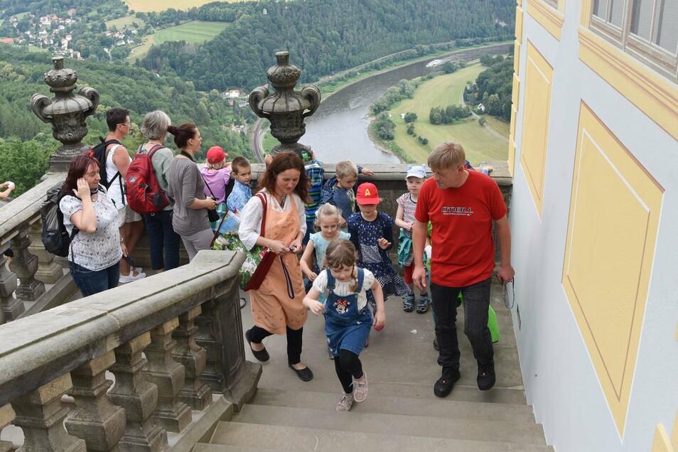 Museumspädagogin Maria Pretzschner (Bildmitte) hat für Schulklassen neue Bildungsprogramme entwickelt.