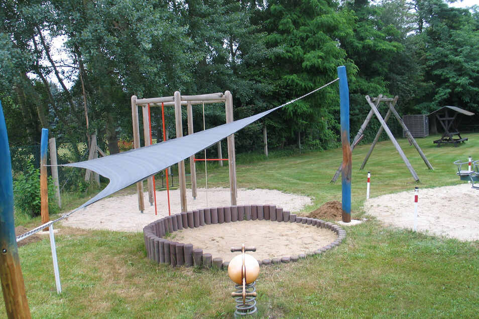 Schatten für die Jüngsten. Am Kleinkinderspielplatz wurden Säulen einbetoniert, gestrichen und das Sonnensegel aufgehängt. Die Liegewiesen wurden bereits mit dem Rasentraktor in Form gebracht. Auch eine Beregnungsanlage hilft.