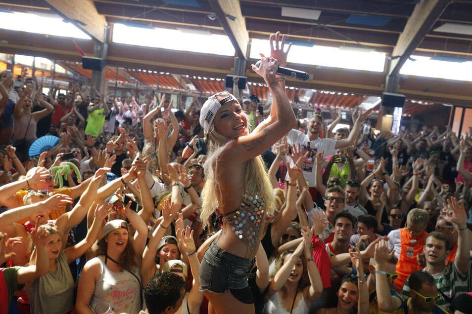 Die deutsche Sängerin Mia Julia tritt im Juli 2019 im Bierkönig in Palma de Mallorca auf. Wann sowas wieder möglich ist, ist noch unklar.
