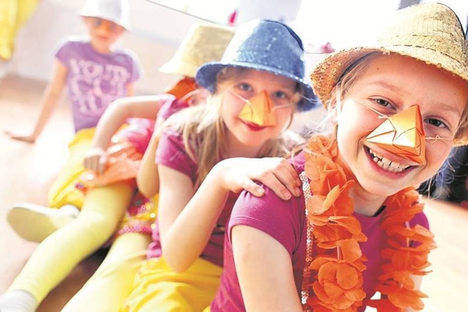 Mit viel Liebe zum Detail wurden wieder die Kostüme fürs Musical kreiert. Auch die passenden Schnäbel durften da nicht fehlen. Die Kinder und Jugendlichen haben viel Spaß.