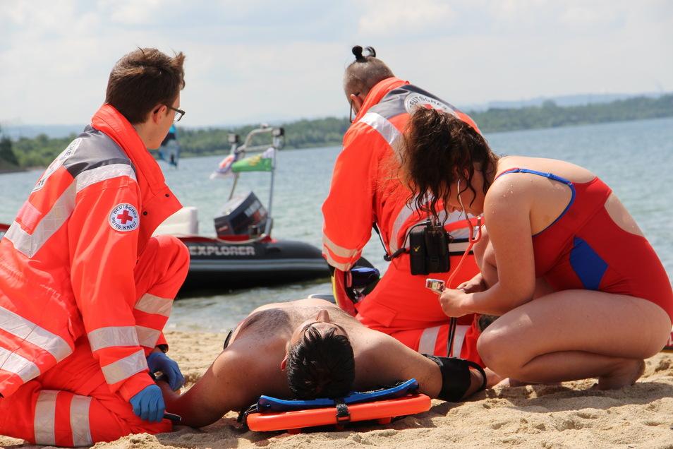 Übung des DRK-Teams der Rettungsstation am Nordstrand des Berzdorfer Sees bei Görlitz. Dargestellt sind Filmaufnahmen der Björn-Steiger-Stiftung für einen Beitrag zum Thema Ehrenamt.