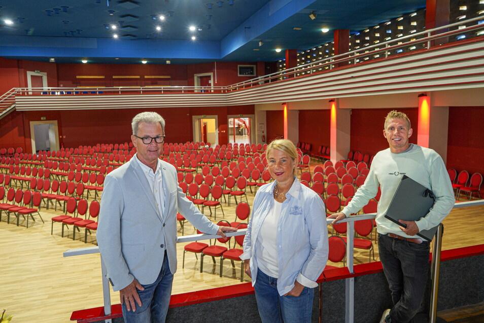 Sie bringen wieder Leben in die Krone: Stadthallenmanager Rolf-Alexander Scholze, BWB-Geschäftsführerin Kirsten Schönherr und Toni Heide, Chef der Nieskyer Firma Gastrobande Niesky (von links).
