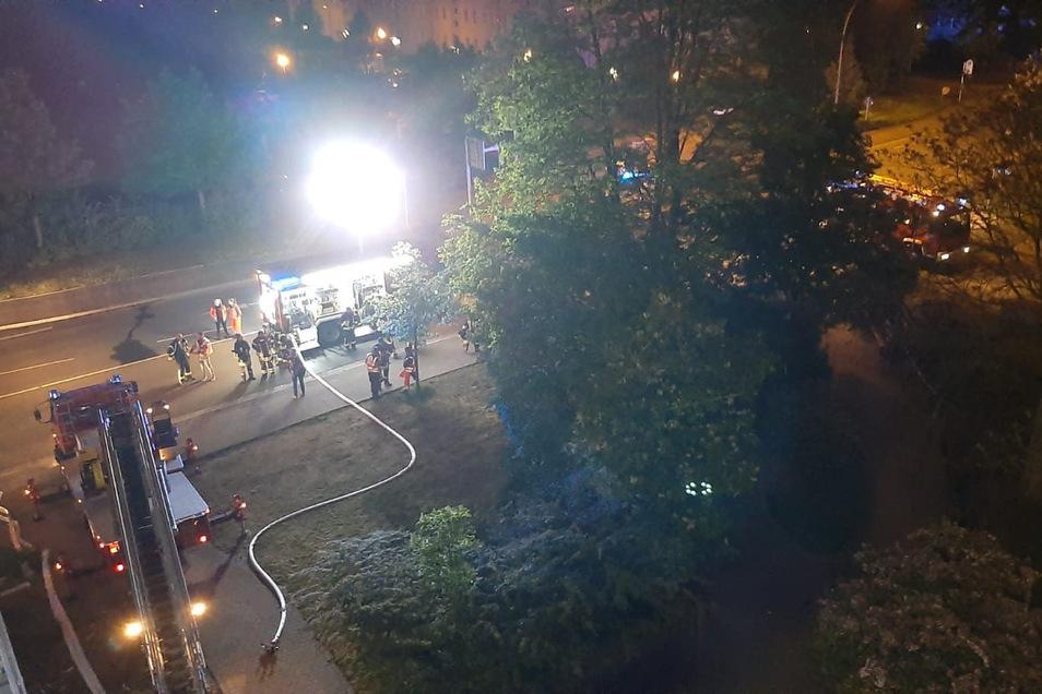 Blick von oben: Per Drehleiter gelangten die Feuerwehrleute zunächst in die Brandwohnung. Später erfolgte auch ein Angriff über den Flur.