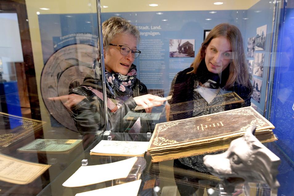 Museumsleiterin Corinna Wandt (rechts) erklärt SZ-Redakteurin Anja Beutler Löbaus allererstes Gipfelbuch auf dem Löbauer Berg. Bisher war seine Existenz eher unbekannt.