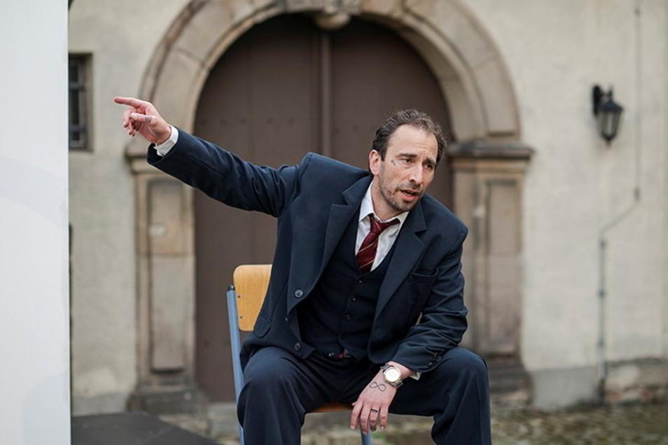Marc Schützenhofer spielt den Museumswachmann im Einpersonenstück Nipple Jesus im Zittauer Klosterhof.