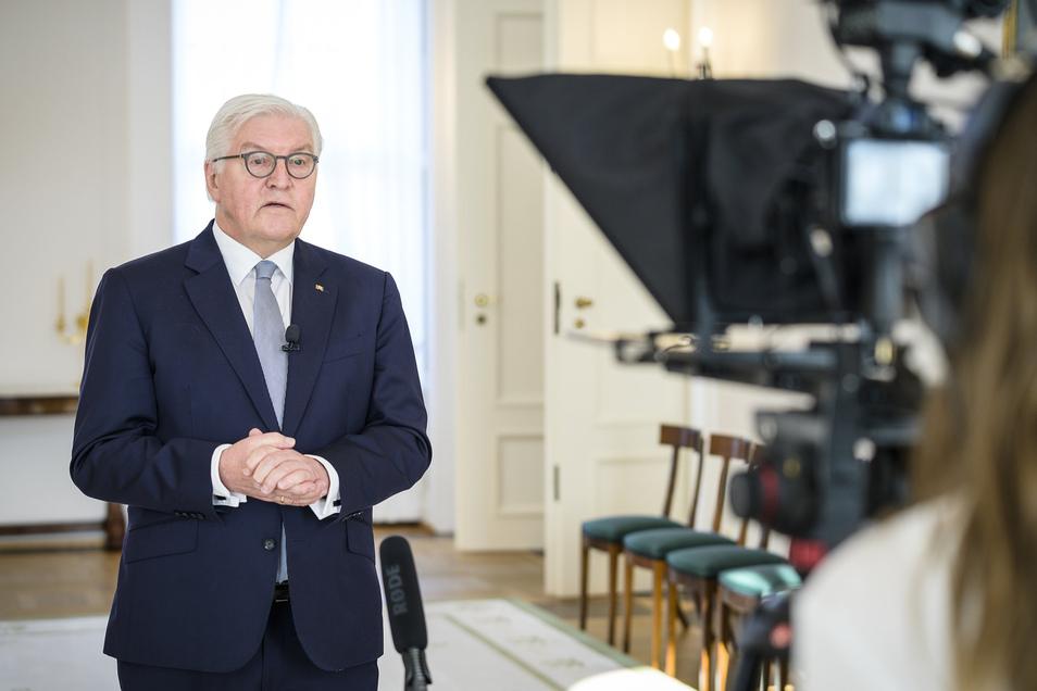 Bundespräsident Frank-Walter Steinmeier zeichnet in Schloss Bellevue eine Videobotschaft zur Corona-Pandemie auf.