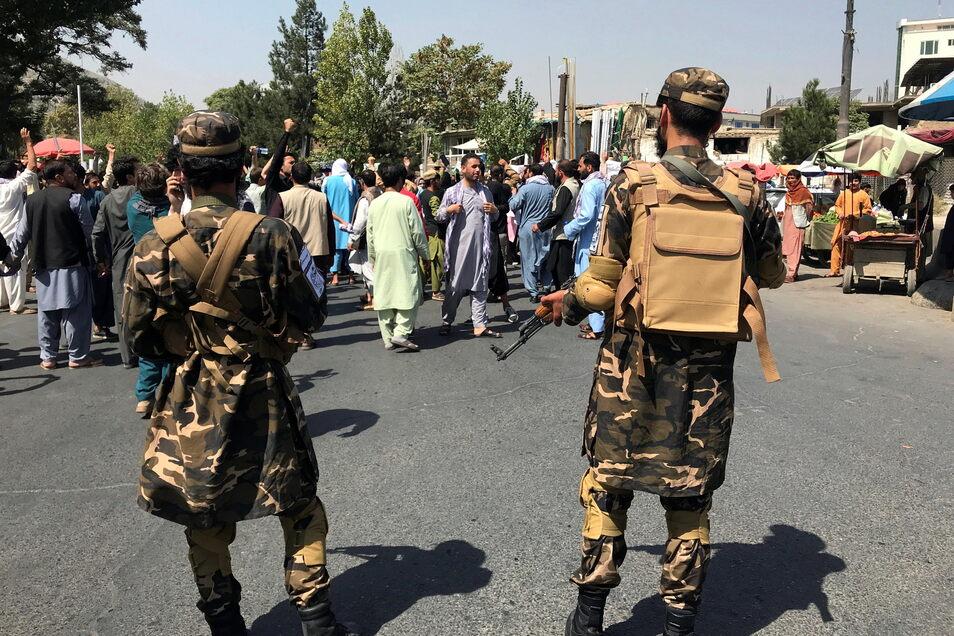 Zwei Taliban-Kämpfer stehen während einer Anti-Pakistan-Demonstration in der Nähe der pakistanischen Botschaft Wache.