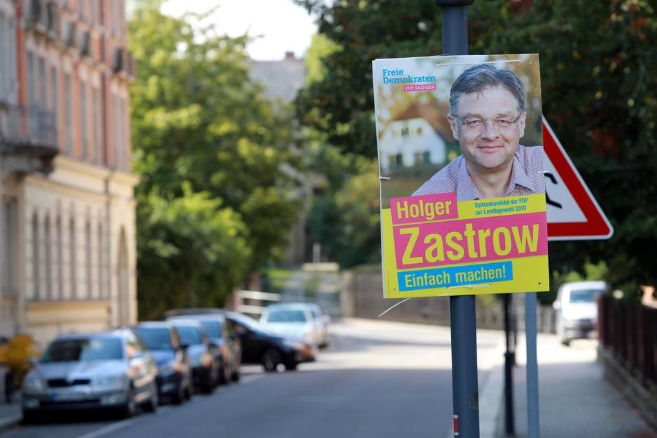 In der Radeberger Pestalozzistraße blickt noch der FDP-Mann Holger Zastrow von einem Plakat herab.