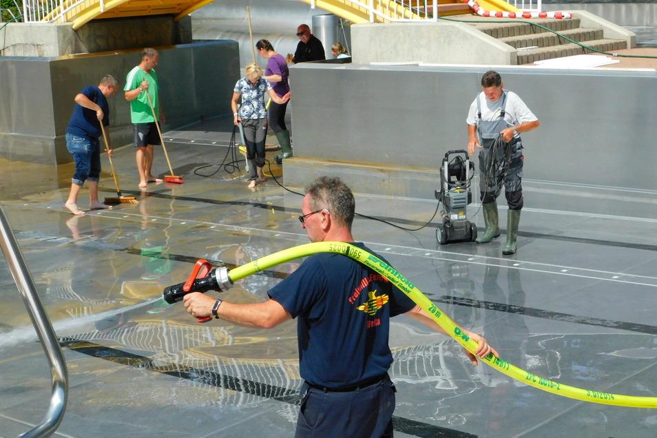 Kameraden der Feuerwehr und freiwillige Helfer reinigten am vergangenen Sonntag das Freibad in Steinigtwolmsdorf.
