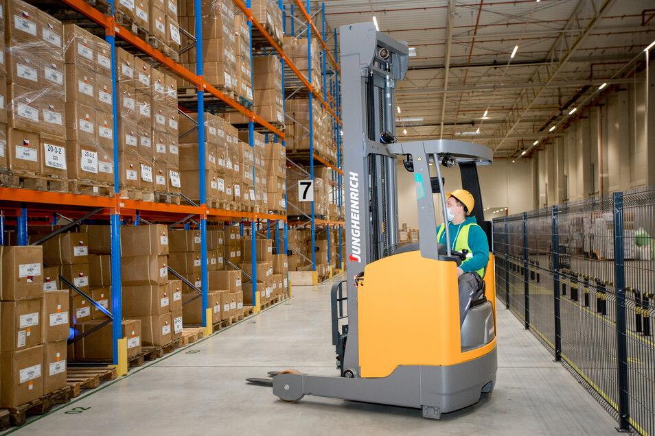 Das Warenlager in Legnica könne nach Angaben des Unternehmens nun verdreifacht werden. Derzeit habe es rund 4.500 Lagerplätze für Produkte.