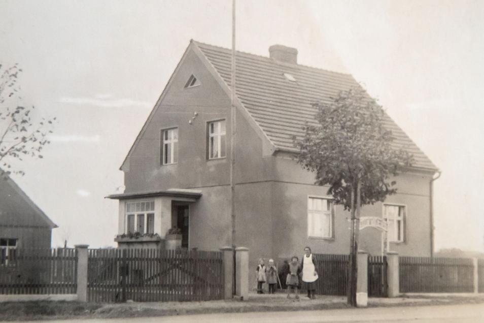 Anfang der 19930er-Jahre bauten Dorothea Eckert ElternFelix und Emma Bunzel ihr eigenes Heim in Deschka, unweit der Neißebrücke. Damit blieb die Verbindung in ihre Heimatstadt Penzig bis 1945 erhalten.