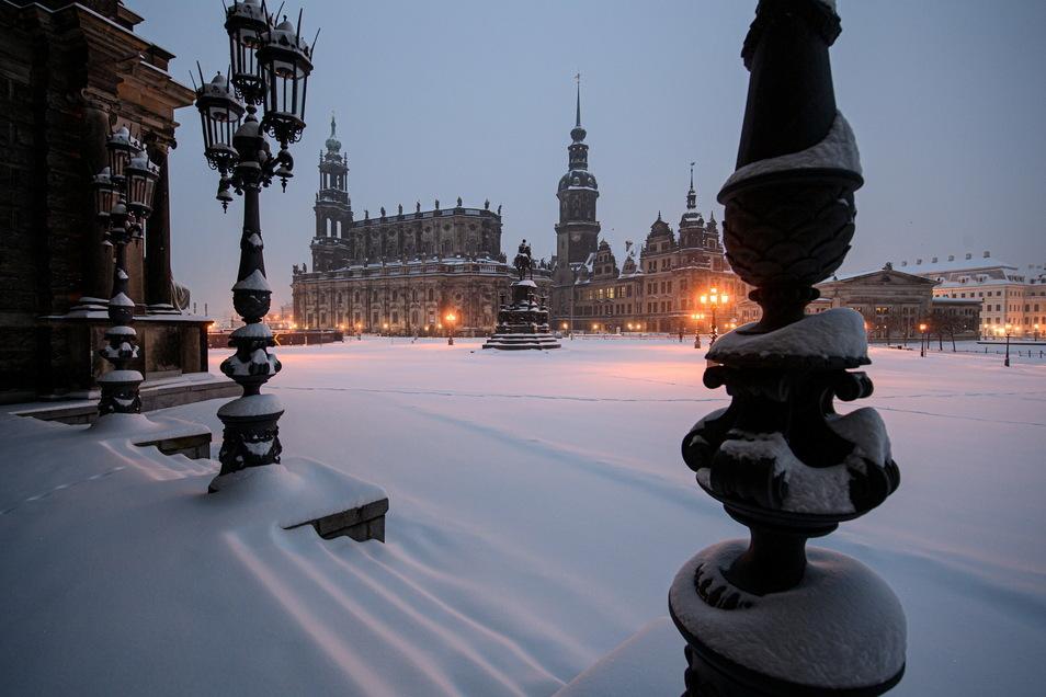Klirrende Idylle. Unberührt liegt der Schnee in der Nacht zum Montag auf dem Dresdner Theaterplatz.