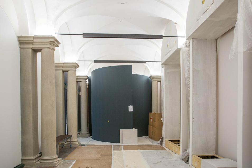 In der ausgebauten Bogengalerie L sind bereits Einbauten für die Zwinger-Ausstellung installiert. Im Hintergrund ist eine der fünf Sphären zu sehen, an deren Innenflächen Besucher die audiovisuelle Schau präsentiert bekommen.