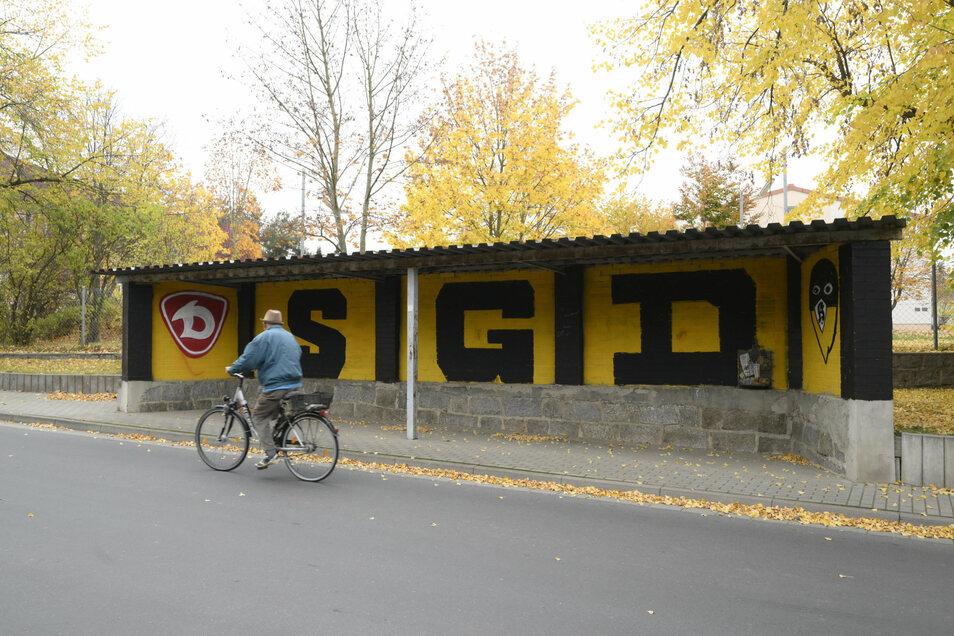 So wurde die Bushaltestelle von Unbekannten unerlaubt ausgemalt. Die Gemeinde diskutierte nun, wie man damit umgehen soll.