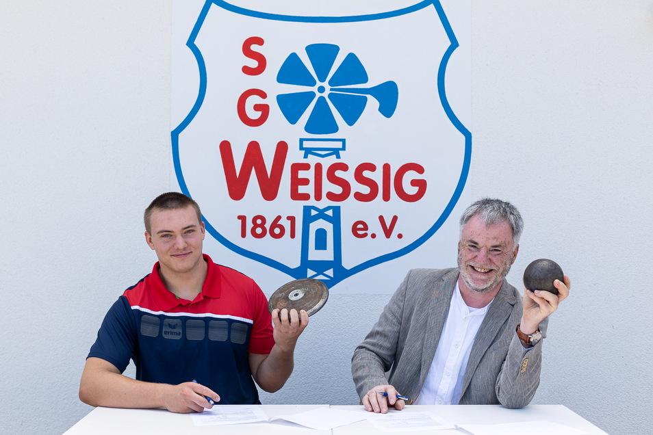Lucas Schober ist sowohl mit dem Diskus als auch mit der Kugel erfolgreich. Freitals Stadtchef Uwe Rumberg hat jetzt mit ihm einen Sponsorenvertrag unterschrieben.