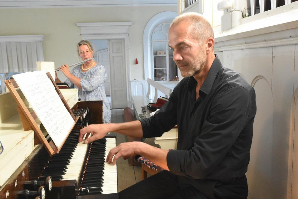 In Niesky gab es schon mehrere Orgelspaziergänge. Hier 2018, als Kerstin-Deike Wedler an der Querflöte und Kirchenmusikdirektor Reinhard Seeliger diesen in der Kirche der Brüdergemeine Niesky eröffneten.