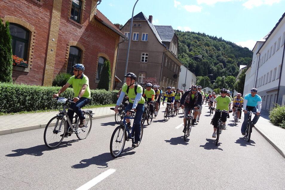 2012 stand das Müglitztal ganz im Zeichen der Radfahrer. Sachsens damaliger Ministerpräsident Stanislaw Tillich, Glashüttes Bürgermeister Markus Dreßler (beide CDU) und rund 230 weitere Teilnehmer erinnerten bei der Müglitztalradtour an das Jahrhundert-Ho