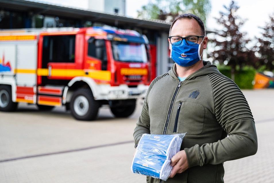 Spezielle Mund-Nase-Masken für die Feuerwehrkameraden hat der Kreisfeuerwehrverband Bautzen nähen lassen.