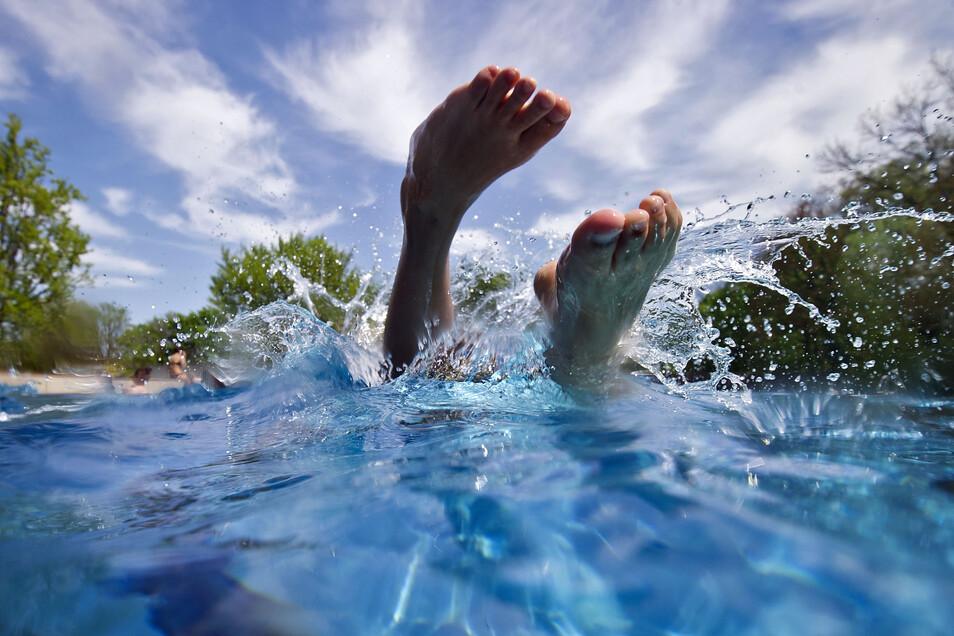 Ein Sprung ins Becken kann eine gute Abkühlung bringen. Doch die Rettungsschwimmer warnen vor einen steigenden Anzahl von Ertrinkenden.