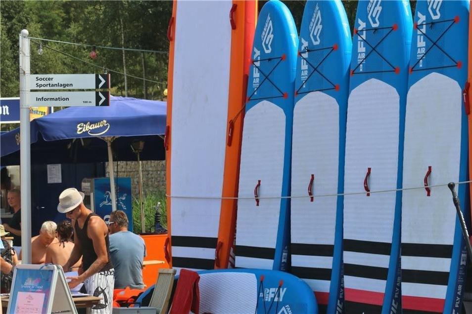 Und für Zuschauer, die sich auch auf dem Wasser beweisen wollten, stand die Surfbrett-Ausleihe zur Verfügung.