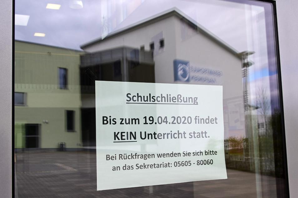 Ein Schild informiert in einer Tür der Gesamtschule Kaufungen über die Schulschließung.