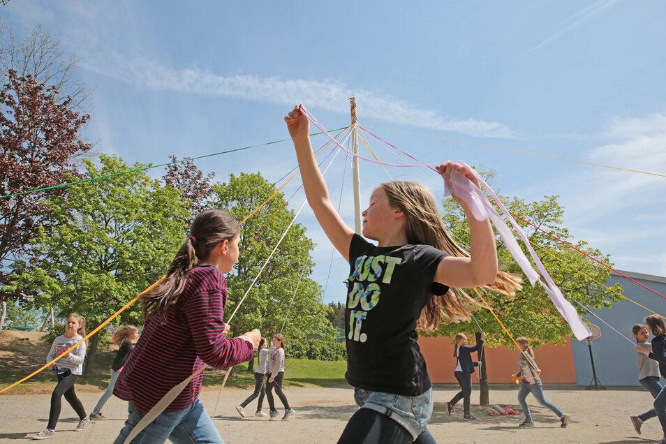 """Die Mädchen der Grundschule Haselbachtal probten am Mittwoch noch einmal ganz fleißig ihren Bändertanz. Sie wollen ihn am Sonnabend, dem 11. Mai, um 11.30 Uhr am Aktionstag """"Tanz in die Mitte"""" auf dem Kamenzer Markt präsentieren."""
