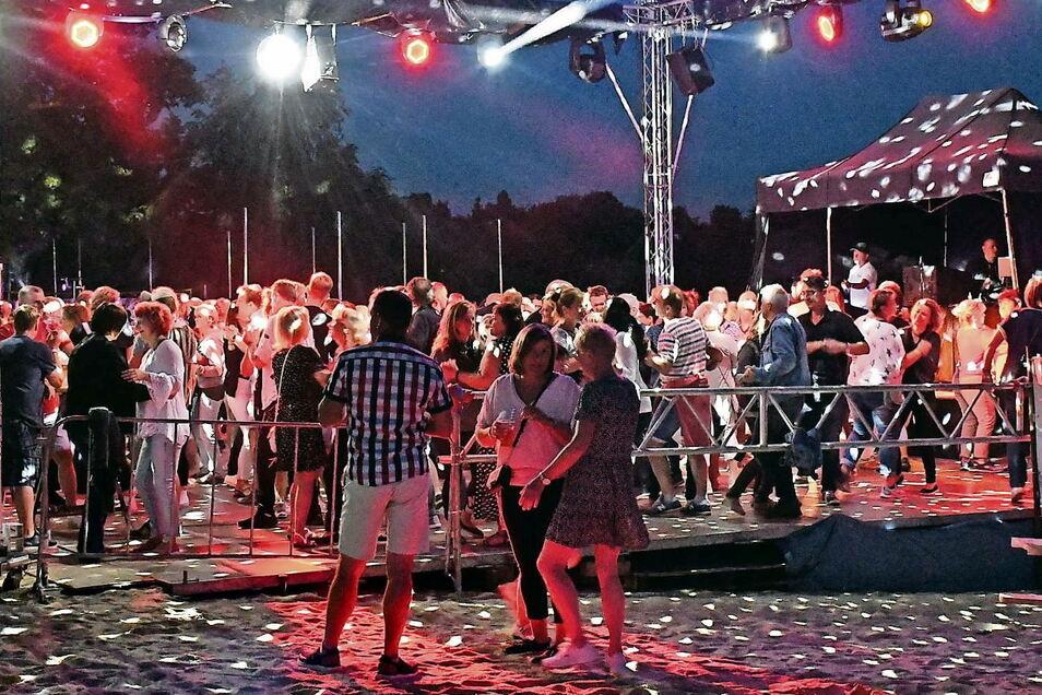 Effektvolle Beleuchtung der Bühne und des Jahnbades sowie eine ständig sehr gut gefüllte Tanzfläche auf der Bühne bestimmtem die Atmosphäre während der 14. Schlagernacht in Weißwasser.