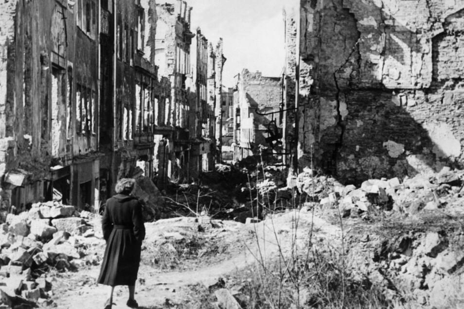 """""""Wir sind ein armes, belogenes, betrogenes Volk geworden, von einer verantwortungslosen Regierung an den Abgrund gehetzt"""", schreibt eine Dresdnerin im Juni 1945. Da liegt die Stadt wie hier auf diesem Foto aus jener Zeit weitgehend in Trümmern."""