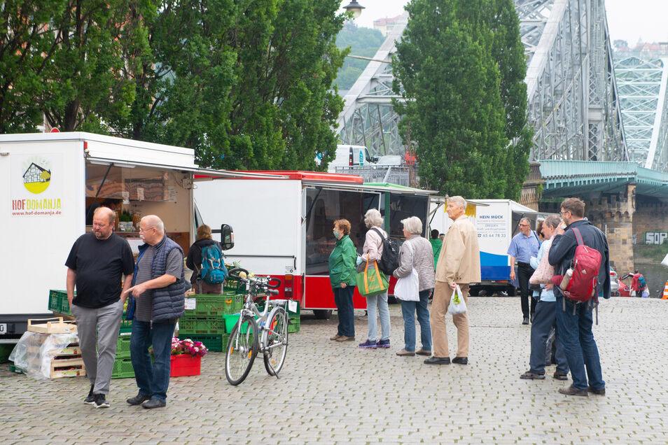 Am Schillerplatz wurden die Marktstände weit auseinandergezogen.