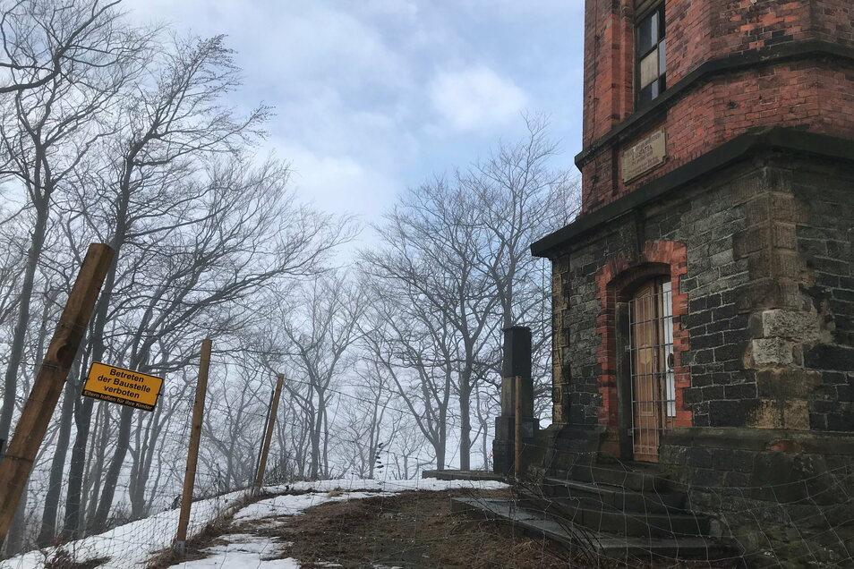Der Turm ist mit einem Maschendrahtzaun gesichert - damit hier nicht randaliert wird - und auch, damit niemand hinaufsteigt.