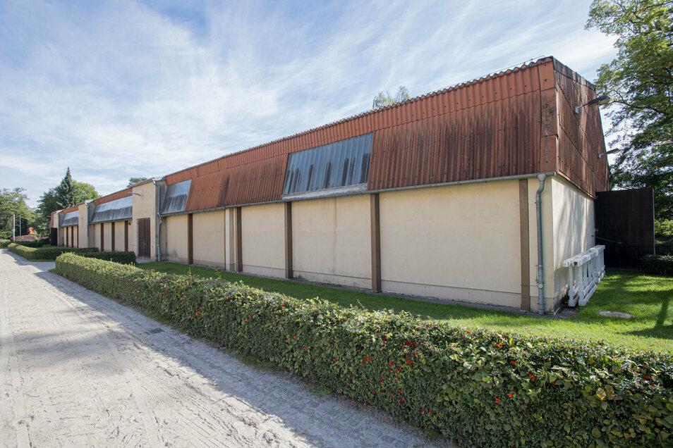Die in die Jahre gekommene alte Reithalle soll nach Fertigstellung der neuen Halle abgerissen werden. Dort sind Parkplätze geplant.