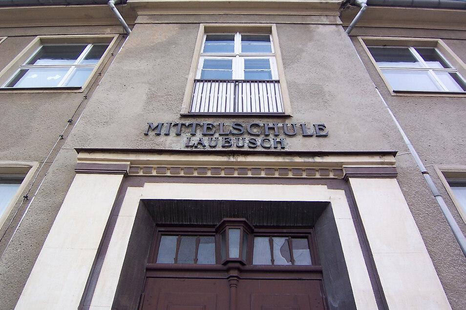 Das ist der Eingang zur Schule am Laubuscher Markt auf der Vorderseite. Im Zuge der Sanierung wird hier nach historischem Vorbild ein Balkon errichtet.