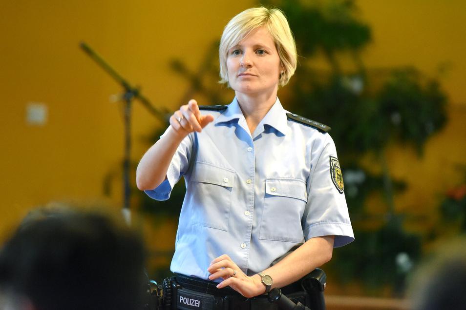 Bundespolizistin Jessica Große informierte Schüler der Löbauer Pestalozzi Oberschule über lebensgefährliche und verbotene Pyrotechnik.