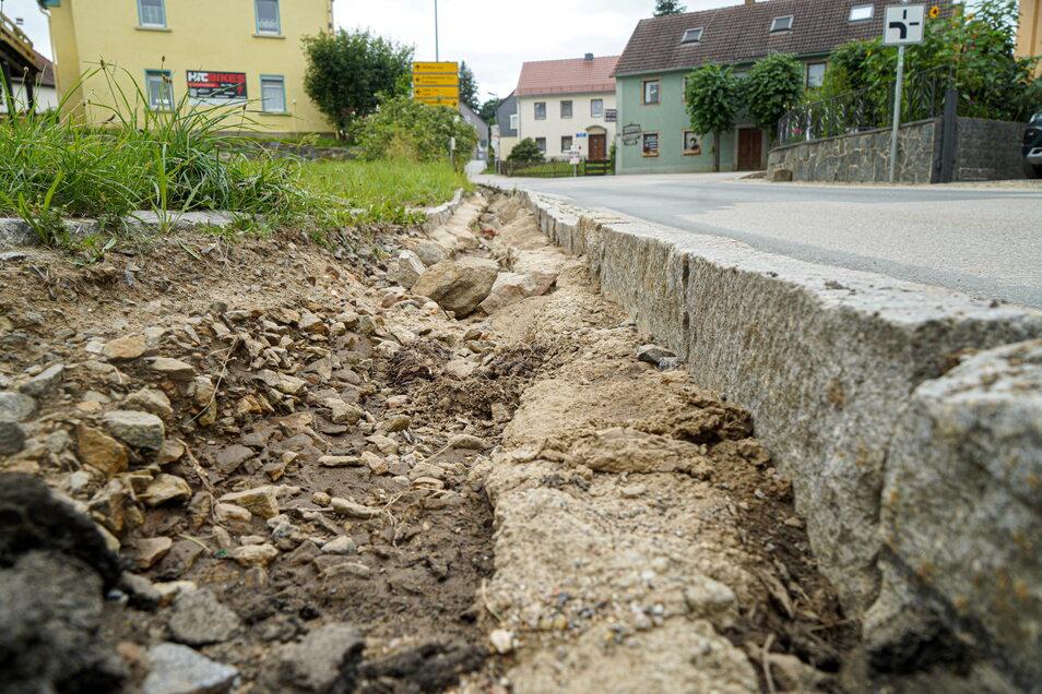 An der Hauptstraße in Obergurig hat das Wasser, das vom Mönchswalder Berg in den Ort drückte, die Straßenränder tief ausgespült.