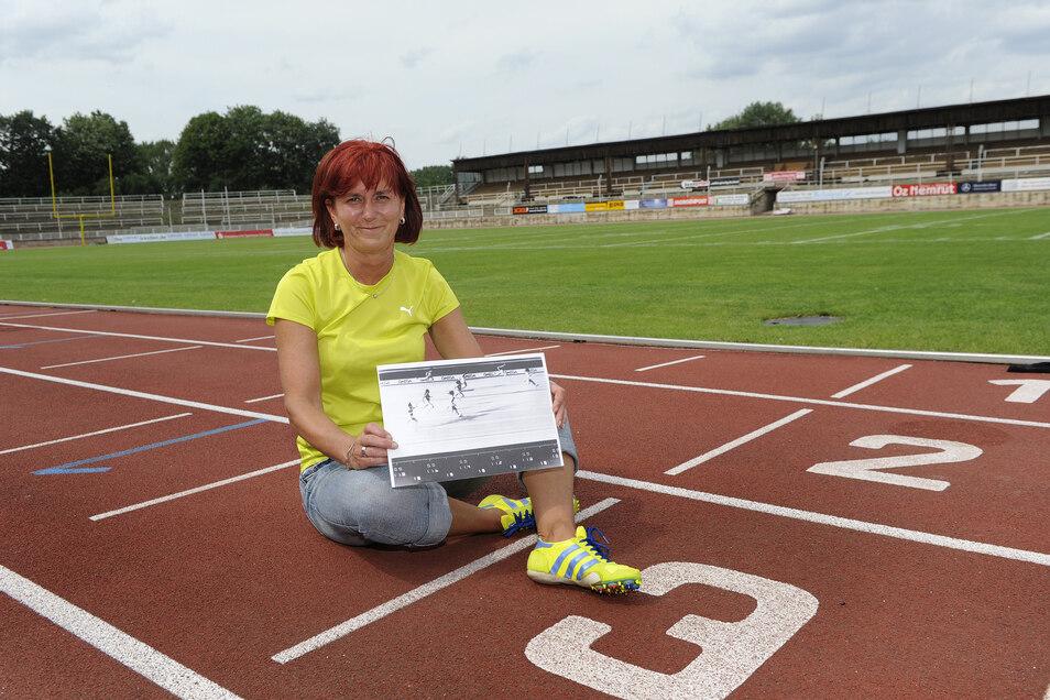 Marlies Göhr ist immer noch stolz auf ihren Weltrekord über 100 Meter. Auf dem Bild zeigt sie ein Zielfoto des 10,88 Sekunden schnellen Rennens von 1977.