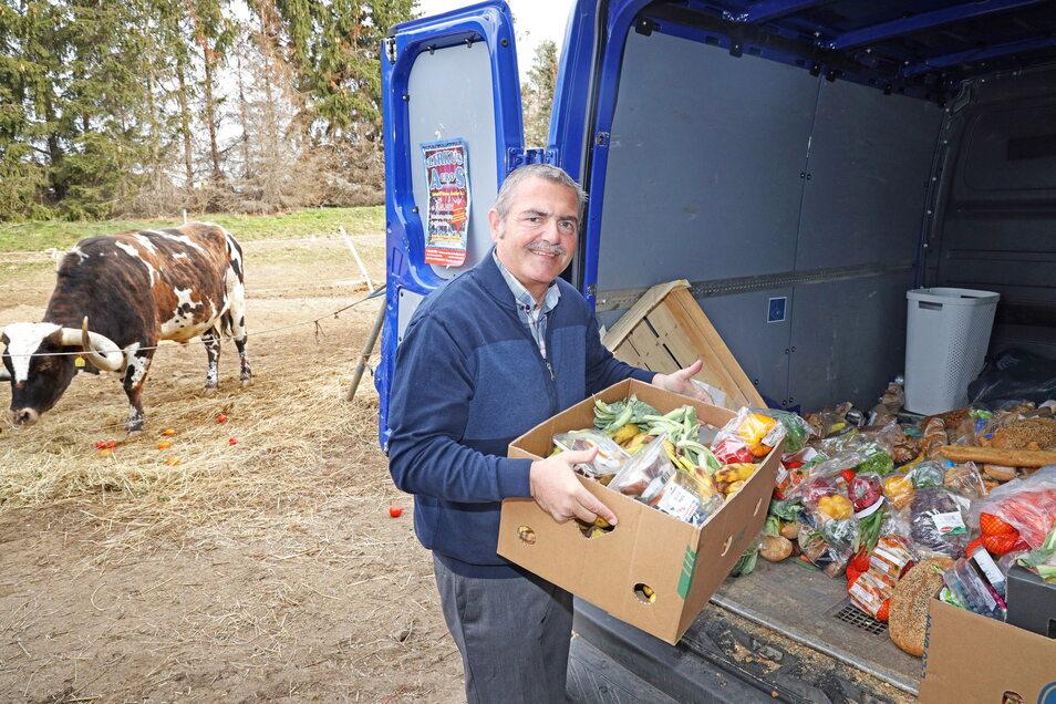 Zirkusdirektor Bernhard Schmidt freut sich über die Futterspenden für die Tiere.