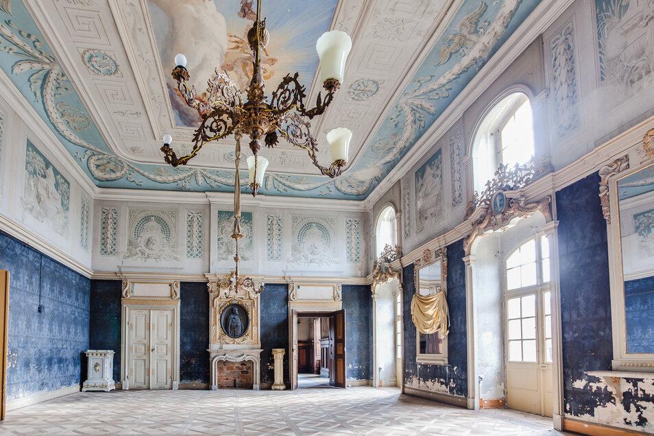 Seit vielen Jahren steht das Schloss Wachau leer. Mit dem Verkauf an die Immobilienfirma Neth werden das Gebäude und der Blaue Schlosssaal bautechnisch wieder auf Vordermann gebracht.