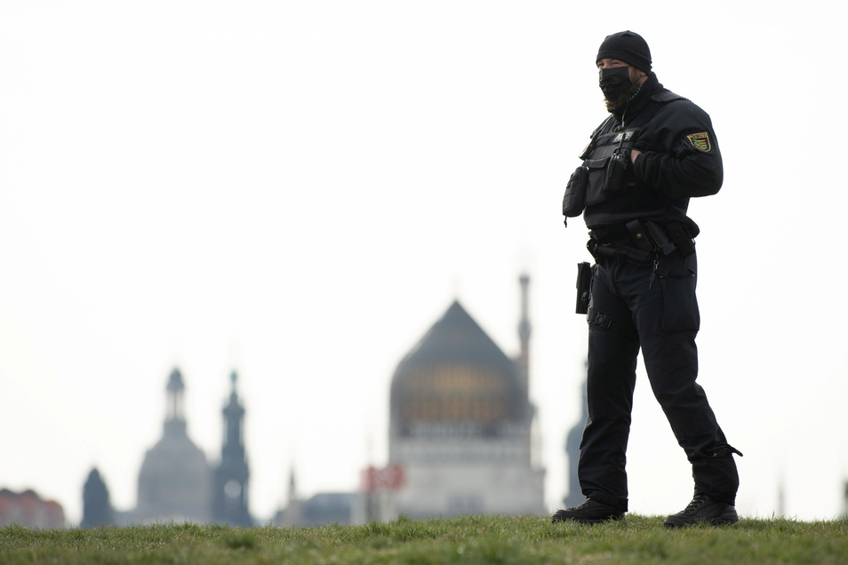 """In Dresden erwartet die Polizei trotz Demoverbots wieder viele Anhänger der """"Querdeneken""""-Bewegung"""