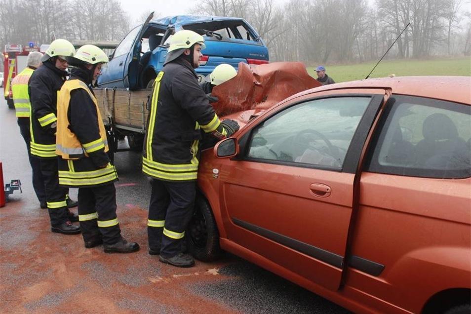 Die Feuerwehr musste ausrücken, um ausgelaufenen Kraftstoff zu beseitigen.