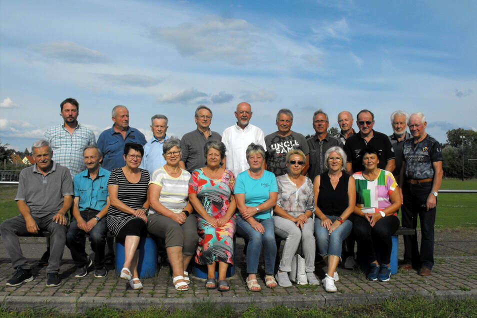Fast vollzählig – der neue Skat- und Romméclub Pik-Ass Knappensee ist zum Gruppenfoto angetreten.