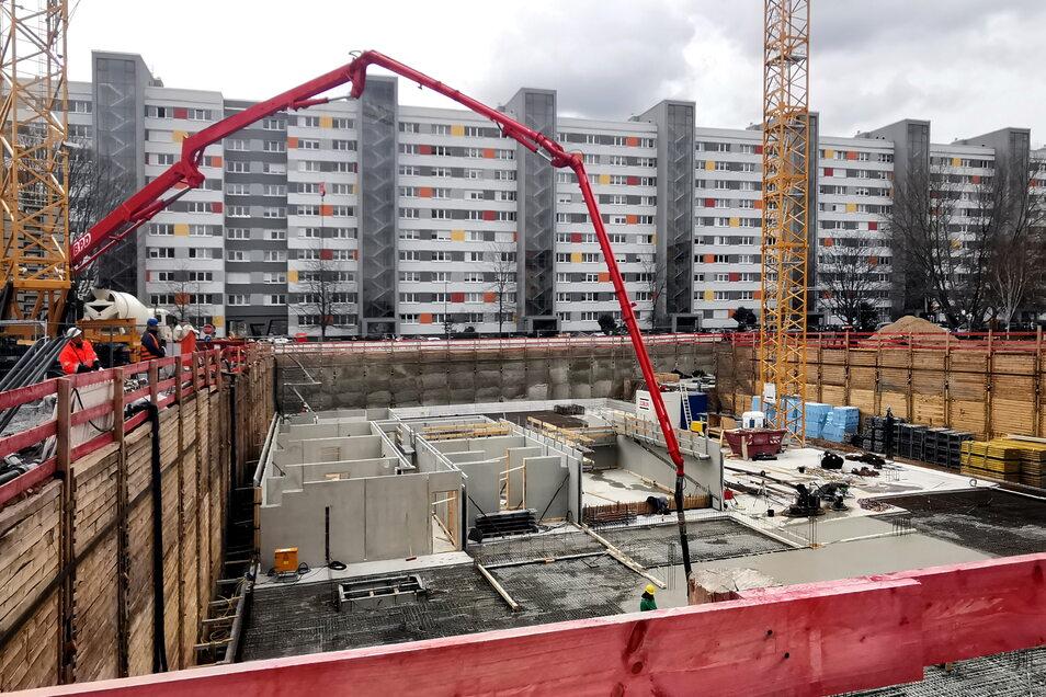 Großbaustelle am Käthe-Kollwitz-Ufer: Hier baut die Stuttgarter Genossenschaft Flüwo 120 neue Wohnungen. Aufgrund der engen Platzverhältnisse muss die Baugrube speziell gesichert werden.