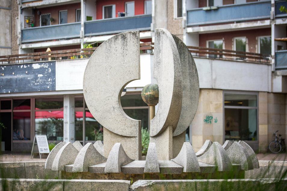 Ein Brunnen vor den alten Plattenbauten an der Hauptstraße in Dresden.