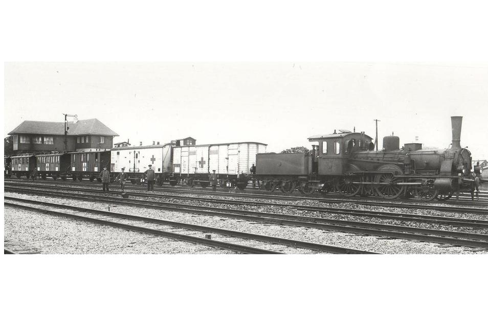 """Der komplette Görlitzer Vereinslazarettzug """"J2 Görlitz Preußische Oberlausitz"""" im Jahr 1915 nach seiner Fertigstellung."""