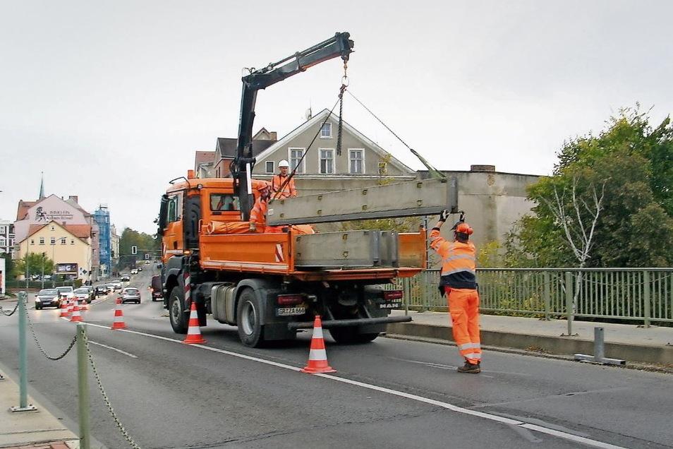 Mitarbeiter der Straßenmeisterei Weißwasser entfernten am Montagabend die jeweils eine Tonne schweren Seitenpoller aus Beton.